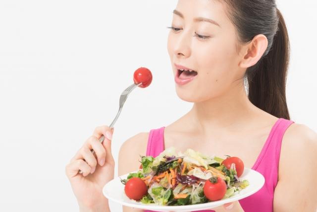 野菜を摂る女性