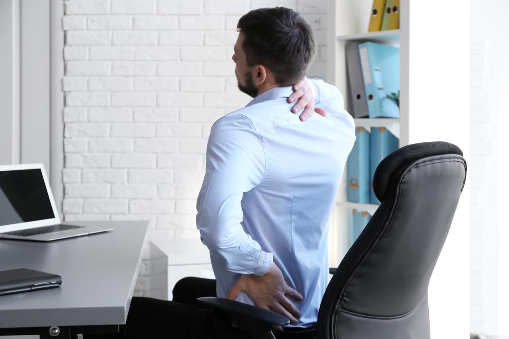 腰を痛めた男性
